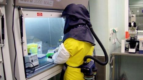 homem trabalhando no laboratorio